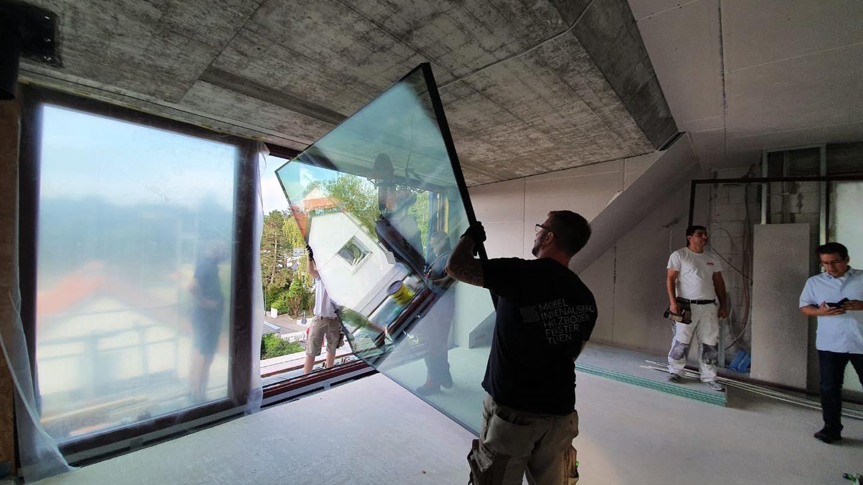 Hier wird ein Fenster von Schreiner Schulze bei einem Kunden eingebaut. Schreinerei Schulze